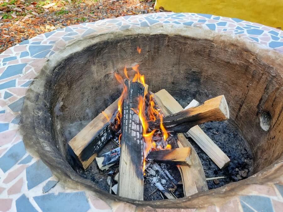 【シンプルに解説】簡単な焚き火のやり方と薪の組み方